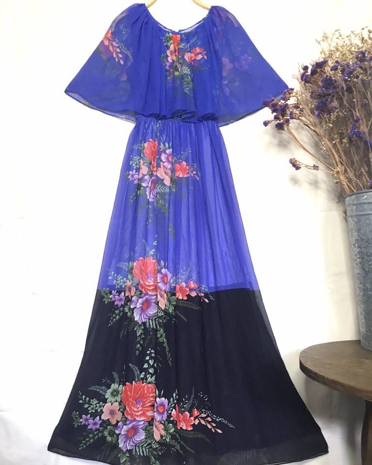 vintage dress : งานวินเทจแท้ เดรสวินเทจสีม่วงลายเชิง แต่งระบายคลุมไหล่ ด้านในเป็นแขนกุด แพทเทิร์นเอวจั๊ม ซิบหลัง เนื้อผ้าชีฟอง พร้อมซับใน