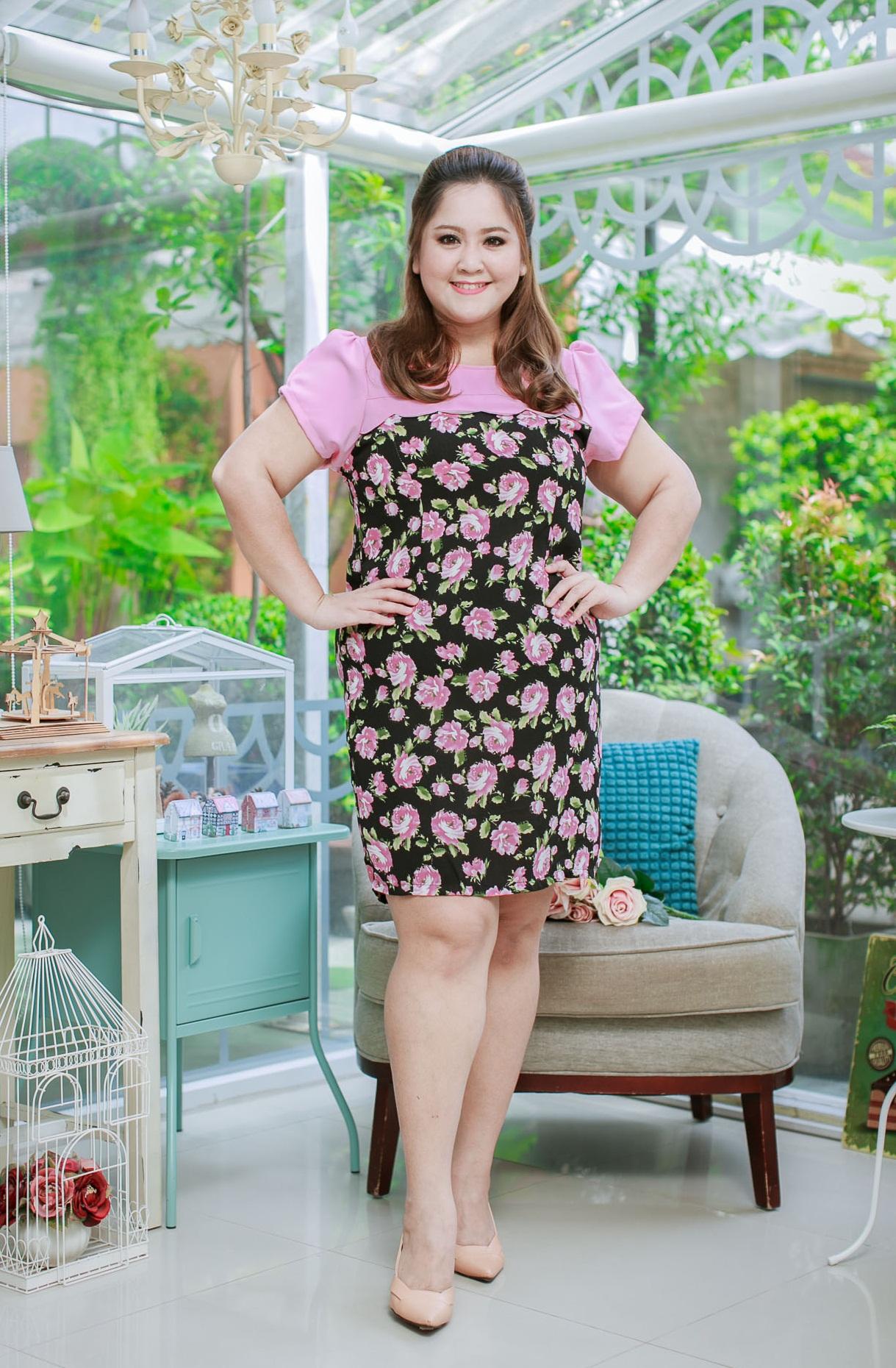 3 Size= XL,3XL,5XL ชุดเดรสสาวอวบ++ผ้า Sanfox พื้นดำ ทอลายดอกชมพู จุดเด่นของชุดนี้ตัดต่อด้านบน และแขนด้วยผ้า Hanako สีชมพู