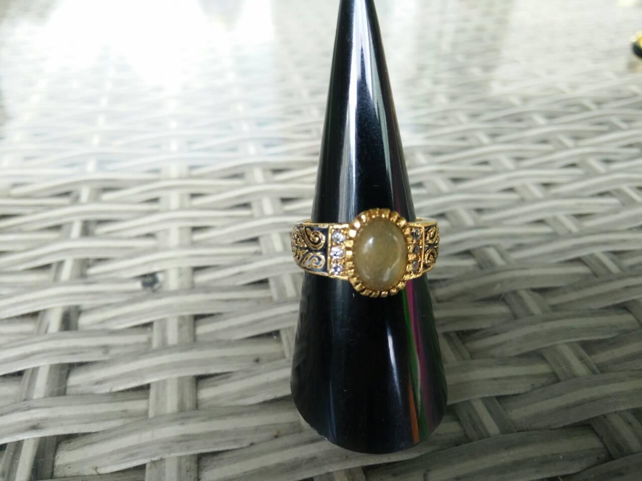 แหวนลายถมสุโขทัย ประดับหินไหมทอง