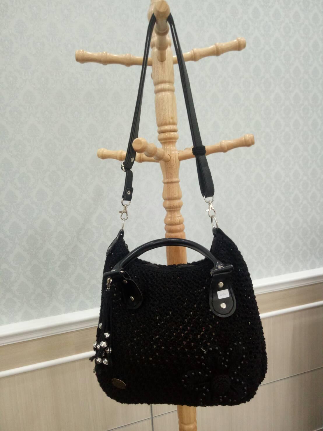กระเป๋าถักสีดำ