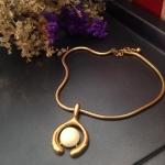 Vintage necklace : สร้อยคอวินเทจ จี้ทรงกลมโลหะทอง+พลาสติกสีขาวมุก *วัดความยาวรอบเส้น*