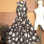 Vintage dress : เดรสวินเทจสีน้ำตาลพิมพ์ลายดอก แพทเทิร์นเอวจั๊ม แต่งกระดุมหน้า เนื้อผ้าคอตต้อน