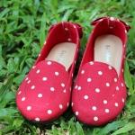รองเท้าผ้าแคนวาสลายจุดสีแดง