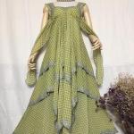 vintage dress : เดรสวินเทจยาวกรุยกราย ด้านหลังเก๋มากๆ สีโทนเขียวเหลือง ผ้าชีฟองเนื้อดี